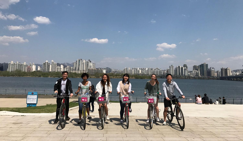 学生在韩国汉江骑自行车